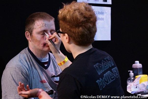 Un stand Kana permettait aux amateurs de se faire maquiller en zombie