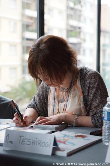 Shiori Teshirogi, en dédicace lors de sa venue en France au salon Cartoonist 2013